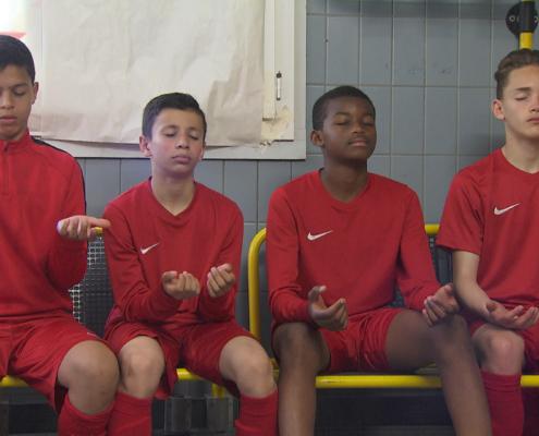Jugendliche Fussballer bei einer Bewusstheits-Übung
